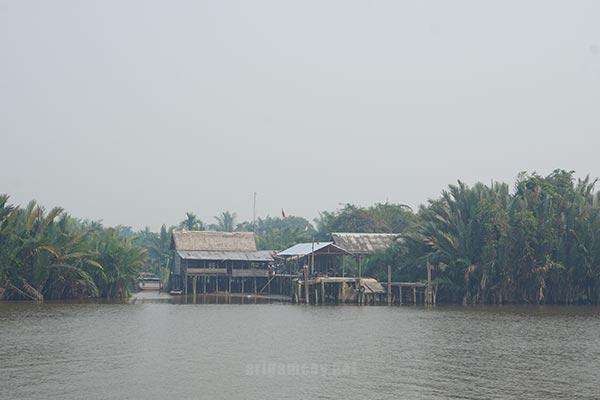 Penyebrangan kedua berbatasan dengan desa olak olak kecamatan kubu