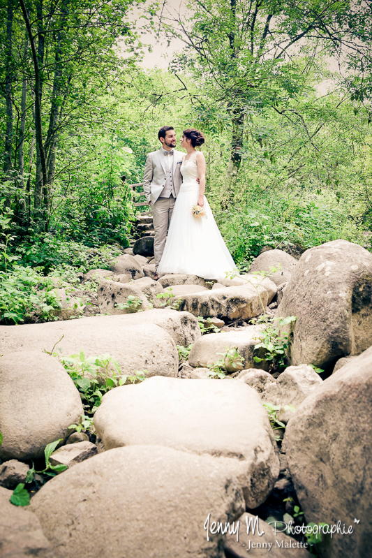 photo mariés avec des rochers, nature, forêt