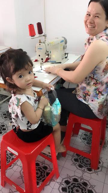 Mẹ dẫn theo bé tham gia lớp cắt may thời trang gia đình
