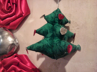 abeto-corona-Navidad-rosas-rojas