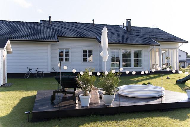 Villa H, valkoinen omakotitalo, terassi, puutarha, uima-allas, leikkipuisto