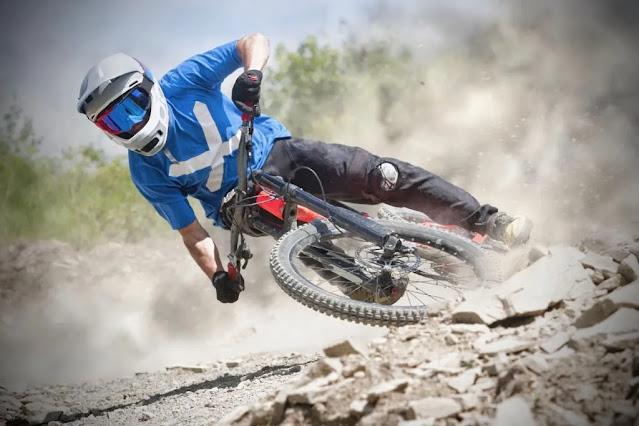 Ir más allá de los límites es la causa de la mayoría de los choques de bicicletas de montaña.