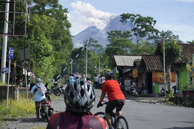 Gunung Merapi sedang erupsi