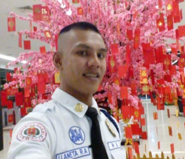 This Security Guard Found a Bag Inside a Mall. When He Opened It, He Was Shocked to Find P500,000. You Wouldn't Believe What He Did Next!