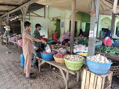 Babinsa Koramil 1607- 02 Empang Edukasi Prokes ke Pedagang Pasar
