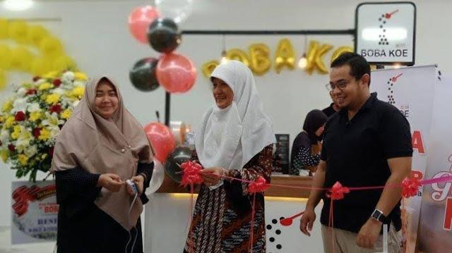 Wakil ketua DPRD Surabaya, Reni Astuti saat membuka secara simbolis gerai ke-6 brand Boba Koe, usaha kuliner minuman kreasi asli anak muda Surabaya di Maspion Square.
