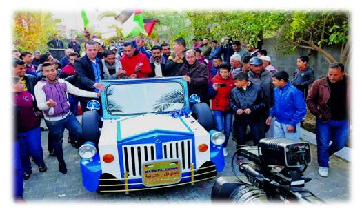 شاهد بالفيديو.. مواطن غزاوي يصنع سيارة قديمة من داخل ورشته
