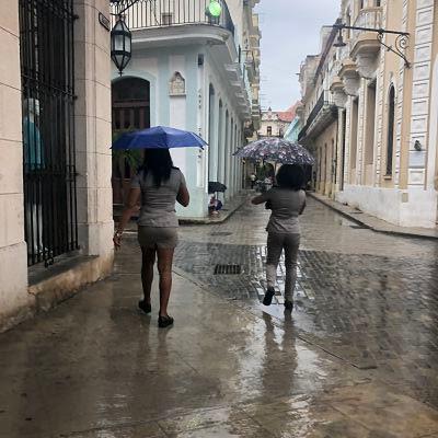 Mujeres en La Habana uniformadas