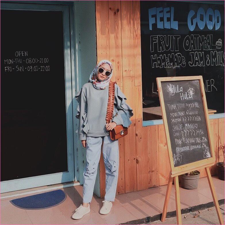 Outfit Celana Jeans Untuk Hijabers Ala Selebgram 2018 top blouse biru pastel slingbags coklat tua kerudung segiempat hijab square bermotif biru muda pants jeans kucing denim kets sneakers putih ootd trendy