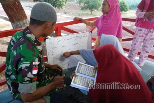Sambil Menjaga Perbatasan, Prajurit TNI Juga Mengajari Anak-anak Mengaji