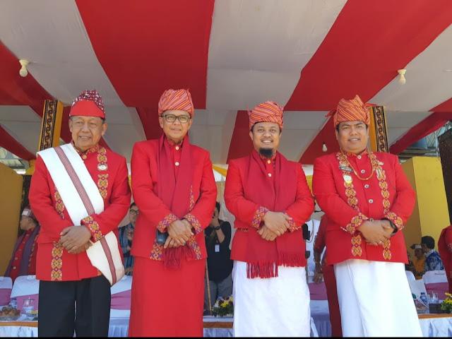 [FOTO] Hadir di HUT ke-11 Torut, Gubernur dan Wagub Sulsel Kompak Pakai Pakaian Adat Toraja