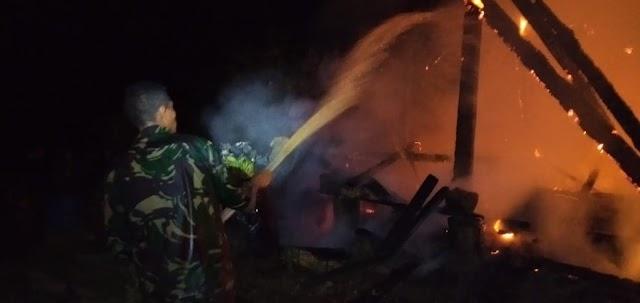 Aksi Cepat Tanggap Prajurit Satgas Yonarhanud 16 Kostrad Padamkan Kebakaran Rumah Warga