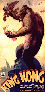 Cartel de la película que muestra al inmenso gorila encima de un edificio y cogiendo a una pobre chica con una mano y con la otra, un avión biplano