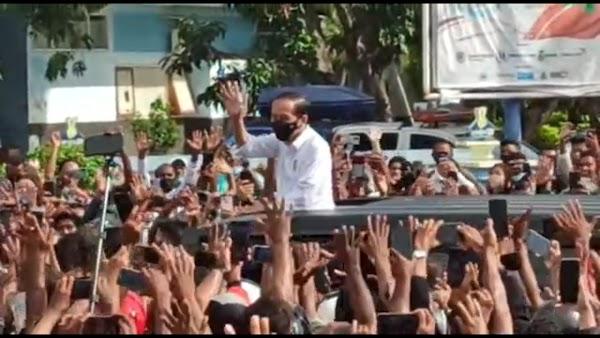 Kalau Tak Sengaja Picu Kerumunan, Kok Jokowi Siapkan Suvenir di Mobil?