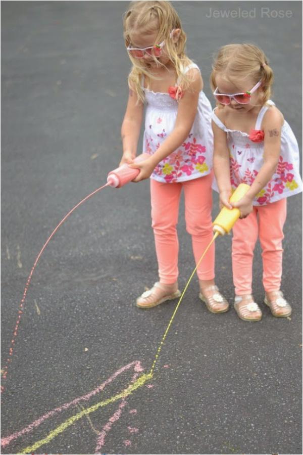 Make sidewalk chalk for kids that changes color as they play!  Only 3 ingredients! #sidewalkchalk #sidewalkpaint #squirtychalk #activitiesforkids #growingajeweledrose