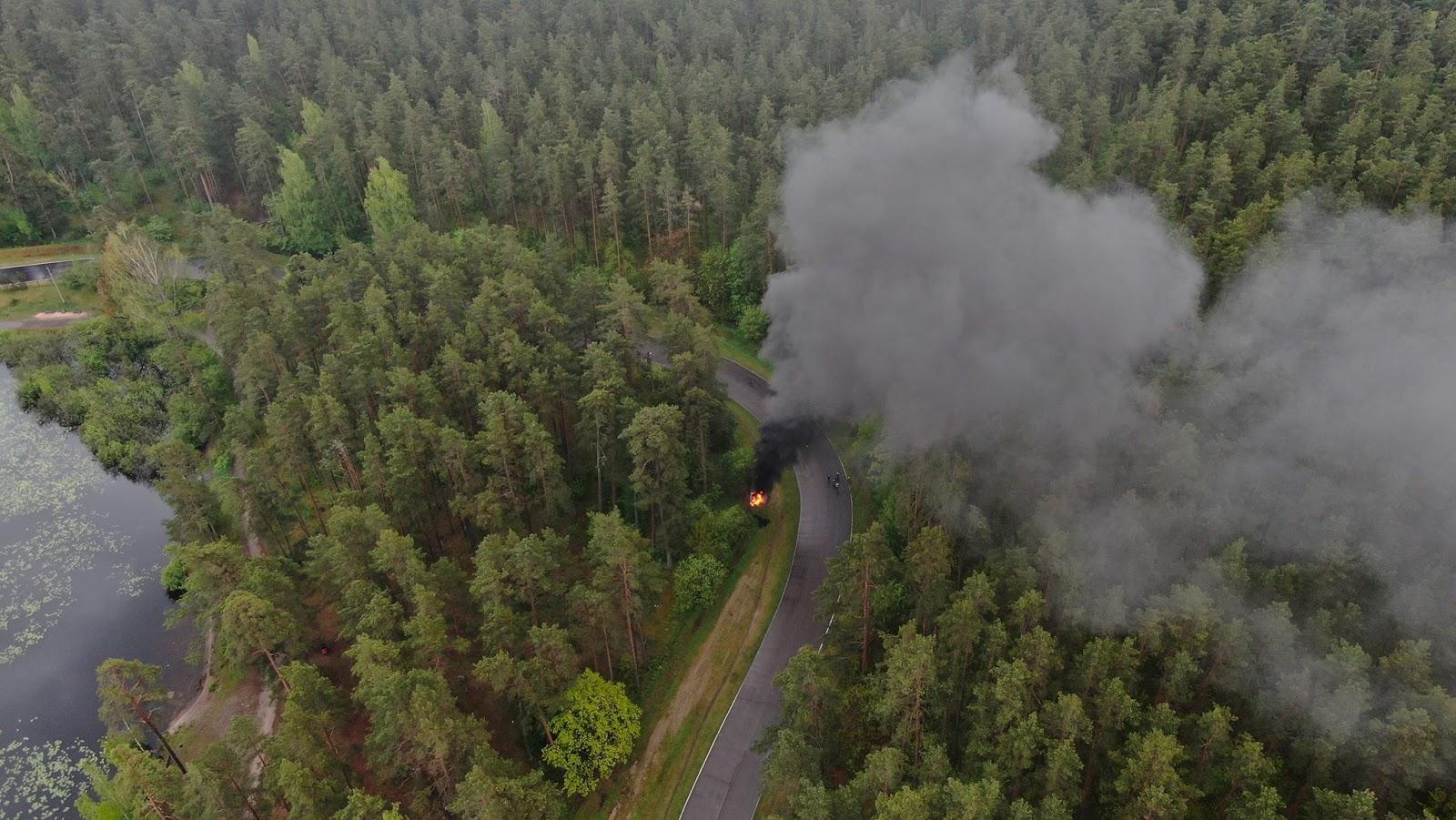 Melni dūmi ceļas no meža masīva