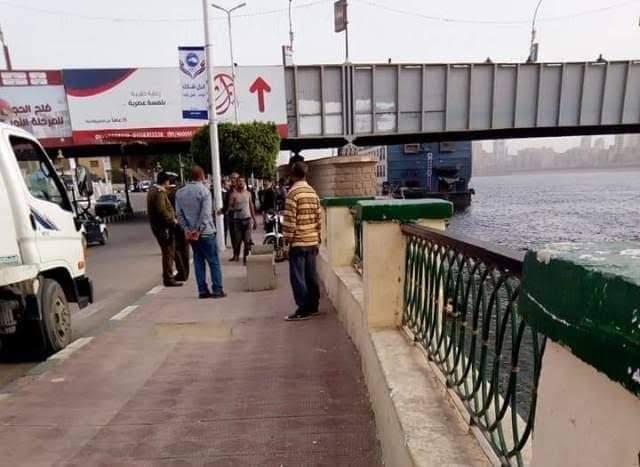 بسبب السيلفي.. سقوط طفل ووالدتة من أعلى كوبرى أخميم في النيل بسوهاج