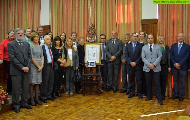El Cabildo entrega la Medalla de la Isla al Colegio de Farmacéuticos por la dedicación, entrega y compromiso de sus profesionales