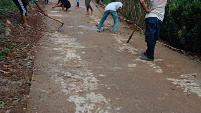 CV. ATA dan Pokmas Rajabasa Bersihkan Jalan Lingkungan