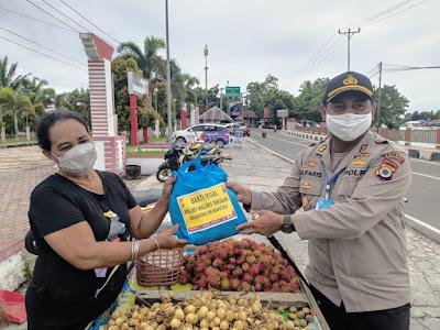 Kapolres Malra AKBP Alfaris Pattiwael S.Ik saat membagikan Paket sembako kepada pedagang buah