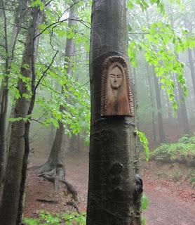 Kapliczki przy szlaku na Groń Jana Pawła II.