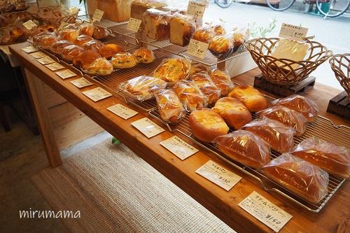パンの並んだ棚
