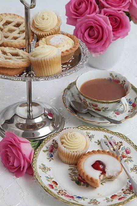yummy: romantic tea cup set with cookies