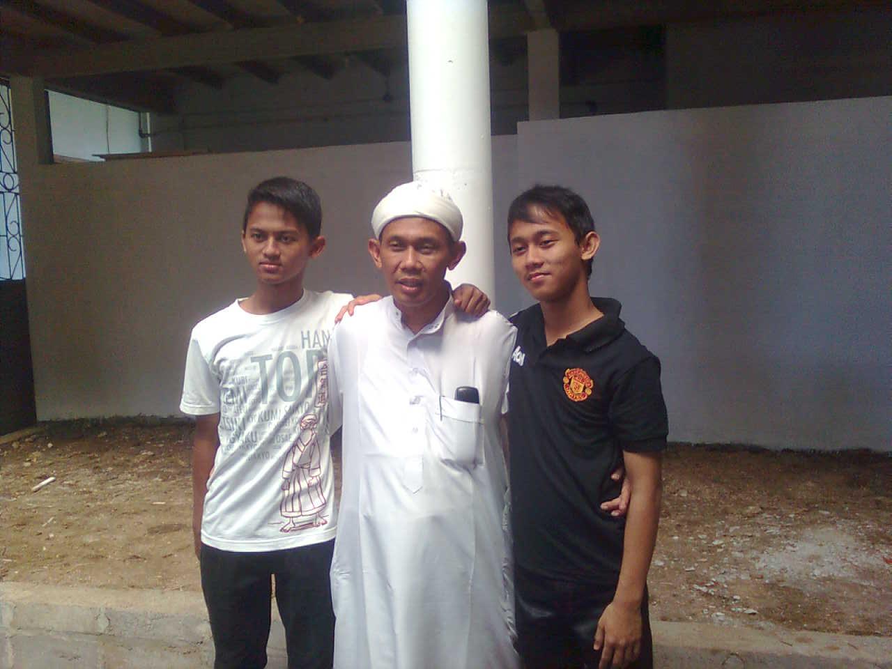Drs. KH. M. Ibnu Mukti, M.Pd.I bersama putra (Gus Ajunk dan Gus Arsyad)