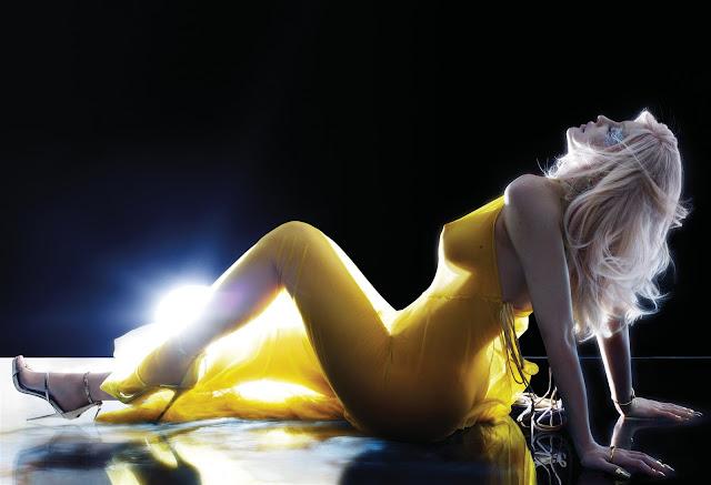Kylie Jenner fez seu primeiro ensaio oficial nu, para a revista V Magazine.