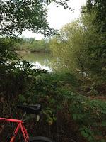 Photo d'un vélo et d'un étang