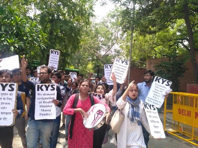 इनसेफलाइटिस से हुई मौतों से आक्रोशित हुए छात्र-युवा-आम जन, बिहार भवन पर किया विरोध प्रदर्शन!
