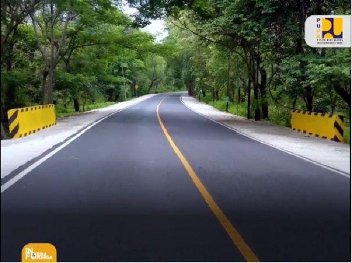 Marka kuning membujur atau horizontal di tengah jalan, sebagai identitas jalan nasional. Instagram.com/ info_binamarga