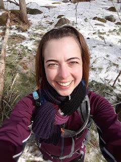 Randonneuse souriante, mont Rigaud, printemps, traces de neige
