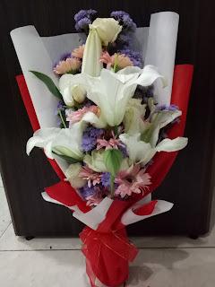 hand buket lily mix gerbera