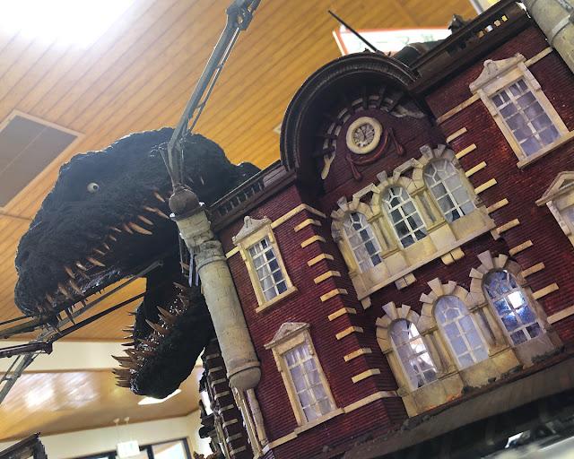 ゴジラ頭部と東京駅。映画のワンシーンを再現