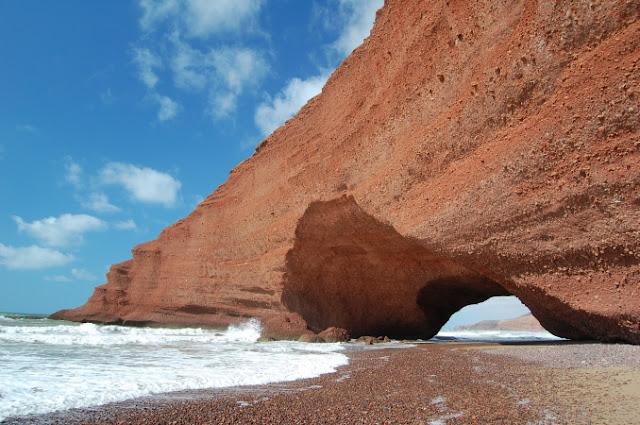 Maroko, Dakhla i czerwona skała z łukiem nad Atlantykiem | źródło: www.marocexperiencetours.com