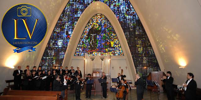Coral en la misa con órgano al fondo muchos integrantes
