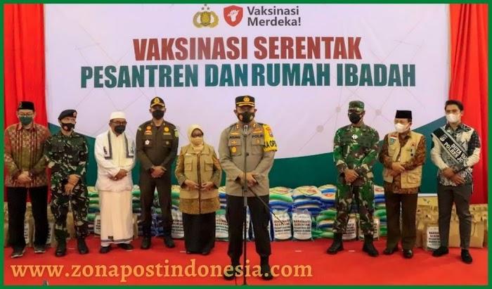 Presiden Joko Widodo Pantau Vaksinasi di Pondok Pesantren Gontor Jombang Jawa Timur