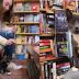Livraria-café permite que gatinhos de um abrigo andem livremente por lá e clientes podem adotá-los