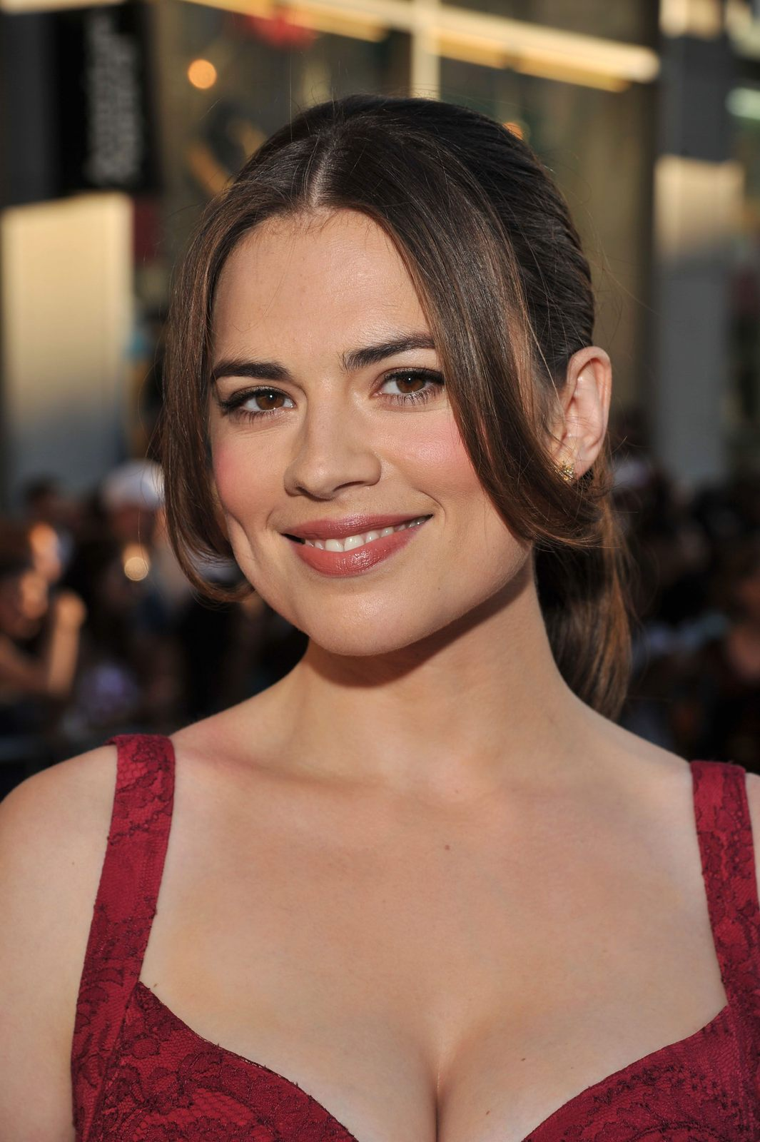 CELEBRITIES: Hayley Atwell Flaunting Her Incredible Cleavage..!!