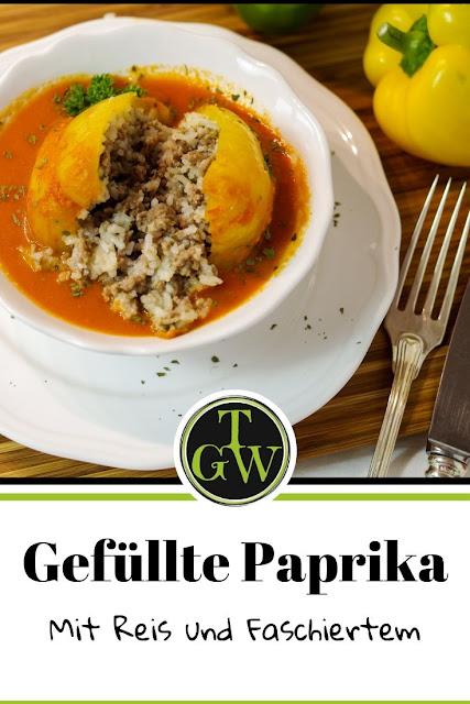 Gefüllte Paprika mit Reis und Faschiertem in Tomatensauce ist ein Klassiker der österreichischen Küche. #rezept #hausmannskost #gefülltepaprika
