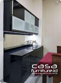 Dapur bersih minimalis kombinasi warna hitam putih di Jurumudi Tangerang