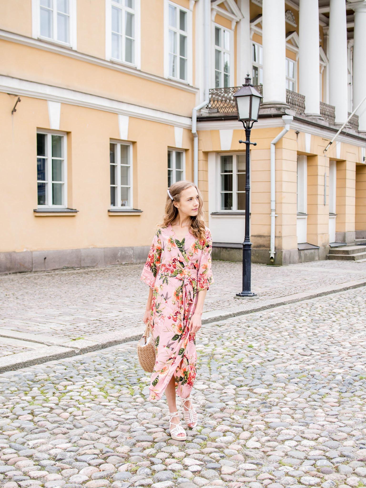 Summer outfit with pink floral midi dress and straw bag - Keäasu, vaaleanpunainen kukkamekko, korilaukku