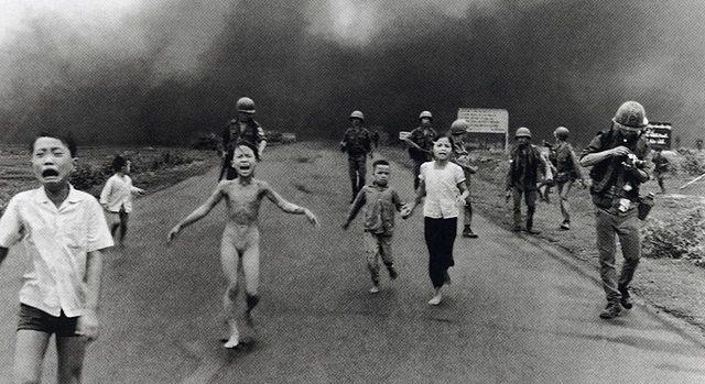 napalm bombasından kaçan çocuklar
