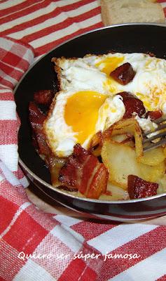 http://cosas-mias-y-demas.blogspot.com.es/2013/05/huevo-y-patatas-en-sarten-con-tropezones.html