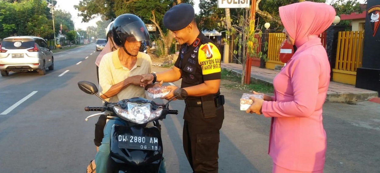 Personel dan Bhayangkari Yon C Pelopor Sat Brimob Polda Sulsel Bagi Takjil