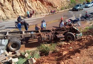 Motorista fica preso às ferragens após caminhão tombar na BA-148, em Rio de Contas