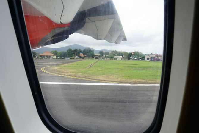 Melihat bandara Dewadaru Karimunjawa dari jendela pesawat
