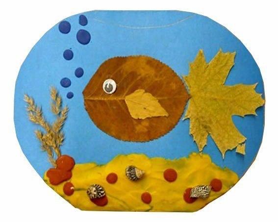 acuario con peces hechos con hojas secas de otoño