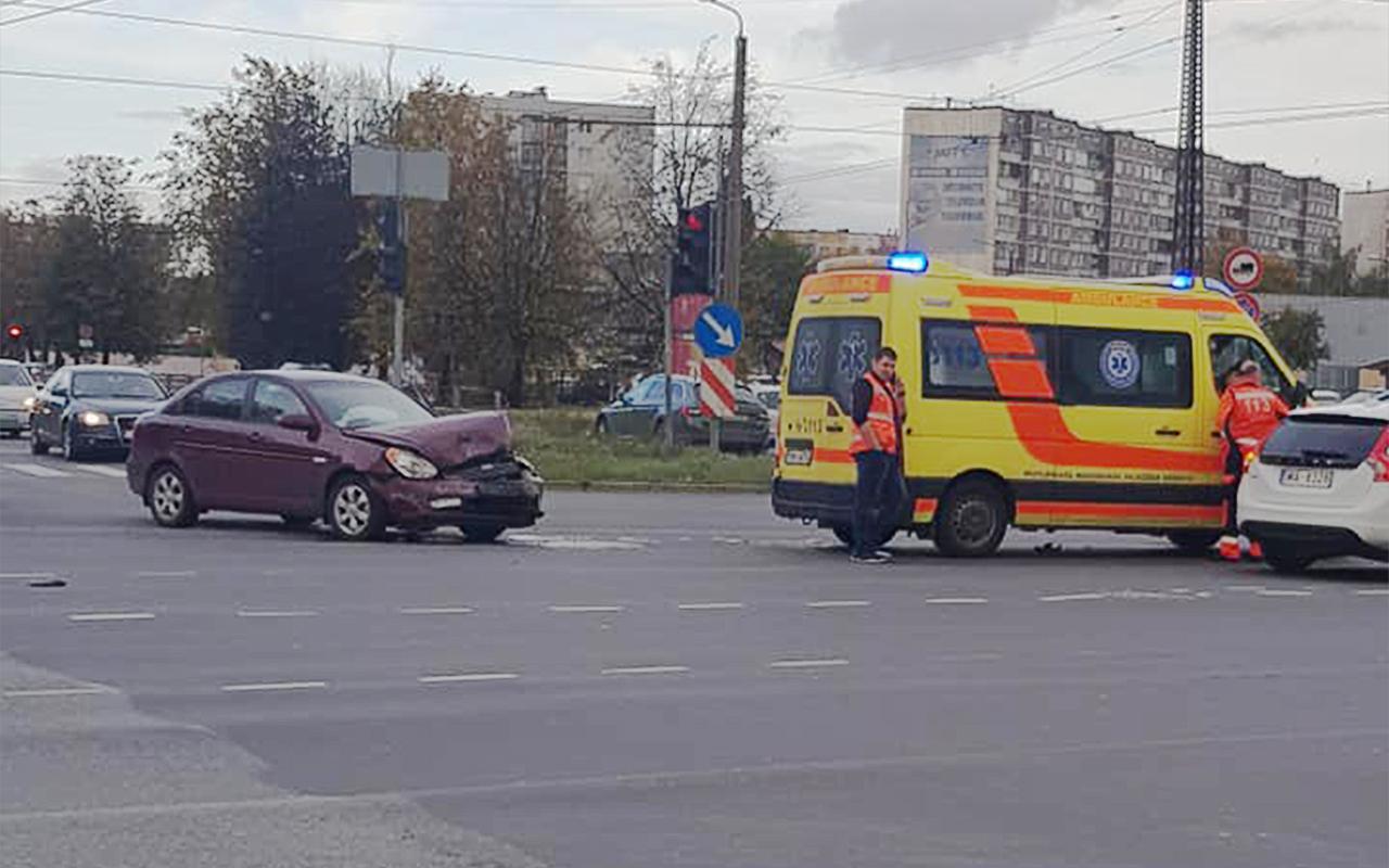 Vieglais auto ietriecās ātrās palīdzības mikroautobusā Pļavnieki Rīga Latvija